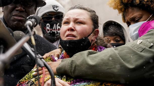 Daunte Wrights Mutter spricht öffentlich