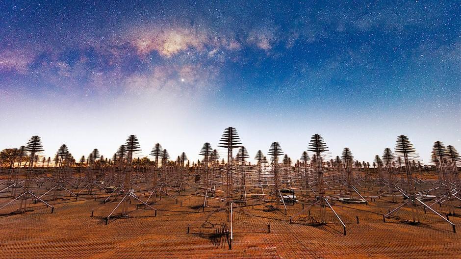 Außerirdischer geht es kaum noch: Antennen der Murchison Widefield Array in Westaustralien. Am Himmel ist das Zentrum der Milchstraße zu sehen.