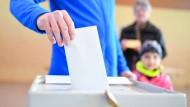 Ein Wähler bei der Landtagswahl im Saarland.
