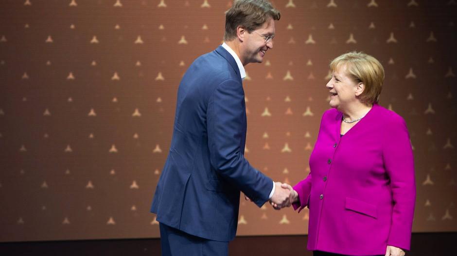 Mercedes-Chef Ola Källenius begrüßt Angela Merkel auf der Frankfurter IAA 2019.