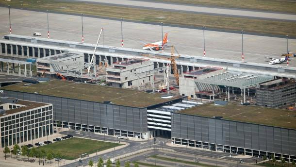 Der Berliner Pannen-Flughafen feiert eine neue Halle