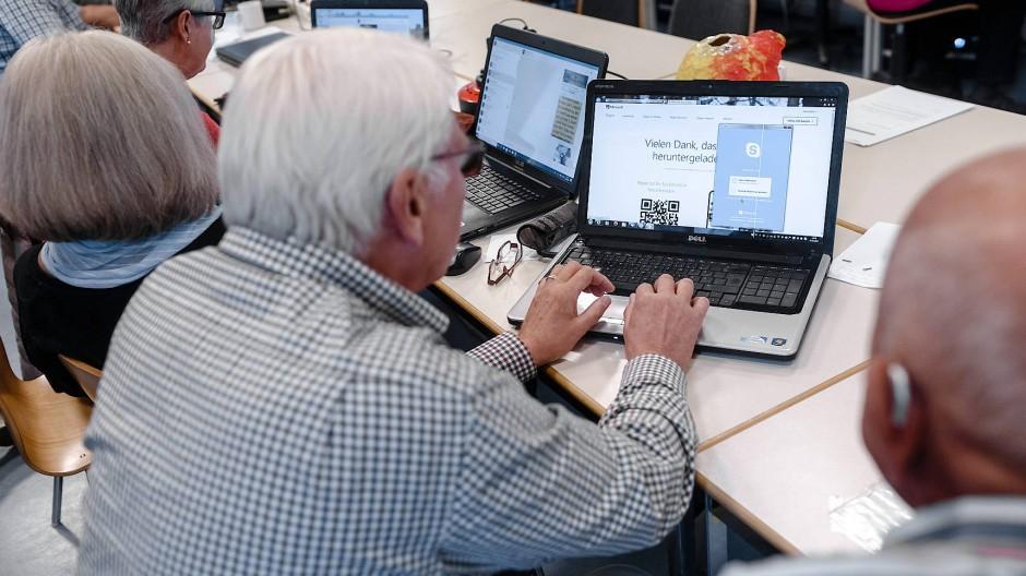 Neuland: Mit Computern und sozialen Medien tut sich mancher ältere Bürger noch schwer.