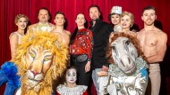 Martin Lacey und Jana Lacey-Krone umringt von Artisten des Circus Krone im Cinestar Metropolis nach einer Pressekonferenz.