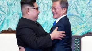 Zum Auftakt eine Umarmung in Pjöngjang
