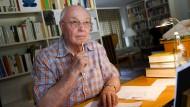 Ludwig Harig im Jahr 2007 an seinem Schreibtisch in Sulzbach