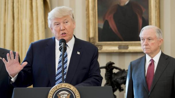 "Trump beklagt ""Hexenjagd"" auf Justizminister Sessions"