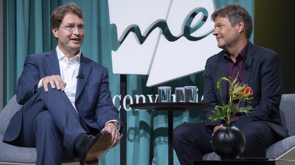 Ola Källenius (l), Vorstandsvorsitzender der Daimler AG, und Robert Habeck, Bundesvorsitzender von Bündnis 90/Die Grünen, diskutieren auf der IAA.