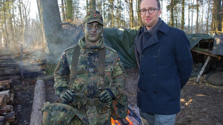 """Verantwortlich für die Kommunikation der """"Arbeitgebermarke Bundeswehr"""": Dirk Feldhaus (rechts) neben einem Soldaten."""