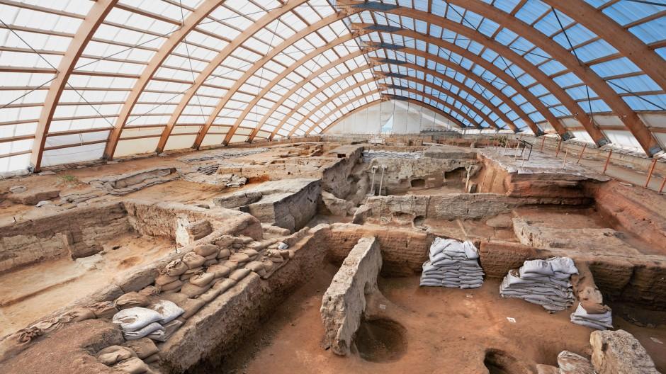 Die ersten Ausgrabungen von Çatalhöyük sind kunstvoll überdacht – sie sind eine der wichtigsten Überreste von neolithischen Siedlungen.