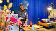 """Der Küchenchef des Frankfurter Restaurants """"Margarete"""", Simon Horn, ist in der Pandemie nicht nur zum Lieferfahrer geworden. Er hat auch gelernt, vor der Kamera zu kochen."""