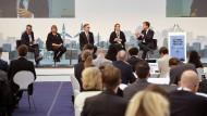 Teilnehmer der UN-Klimakonferenz bei einer Podiumsdiskussion am Dienstag in Bonn