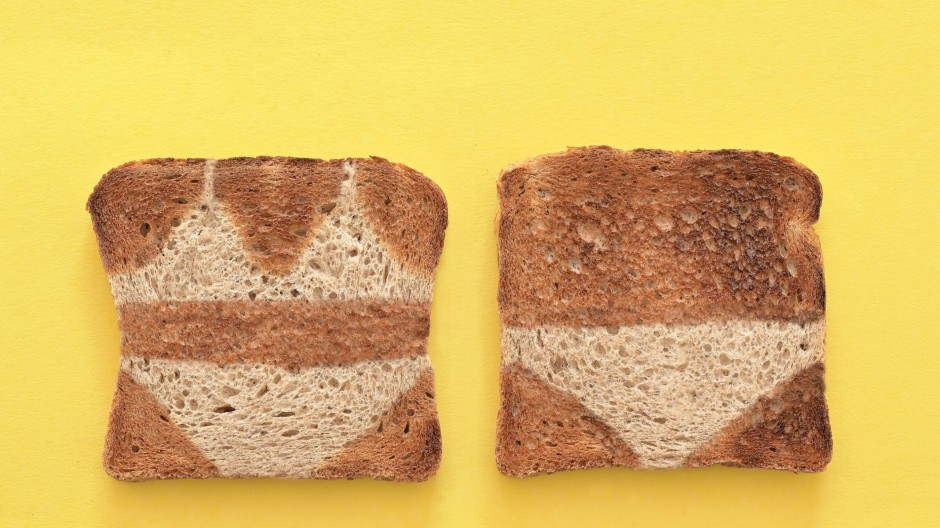 Zwei bis auf wenige, markante Ausnahmen gebräunte Toastscheiben