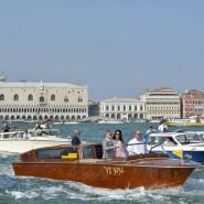 Venedig ist auf Tourismus angelegt: George Clooney und die britisch-libanesische Juristin Amal Alamuddin zeigen sich nach ihrer Hochzeit bei einer Fahrt mit einem Wassertaxi vor der Kulisse der Lagunenstadt.