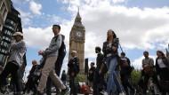 Wie hart wird der Ausstieg? Touristen laufen an Westminster vorbei.