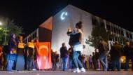 Schon in der Nacht des Putschversuchs standen Demonstranten vor der türkischen Botschaft in Berlin.
