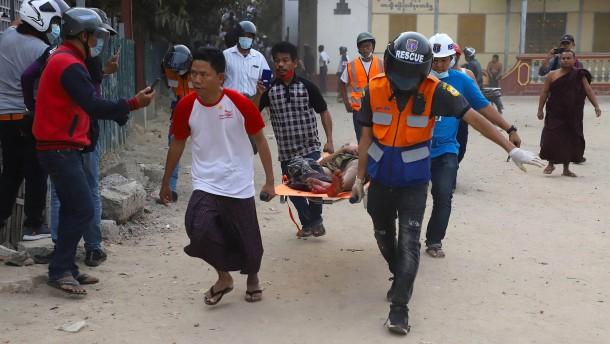 Sicherheitskräfte in Myanmar schießen mit scharfer Munition