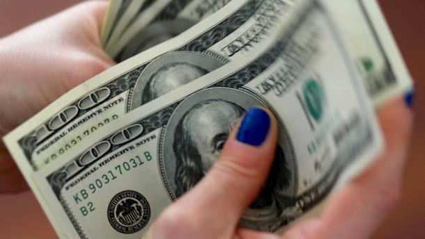 Geldtransporter verliert 500.000 Dollar auf der Straße
