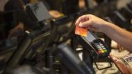 Die Rechnung schnell begleichen: Die Akzeptanz von kontaktlosen Kartenzahlungen steigt weiter.
