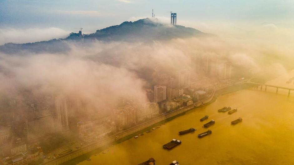 Frachtschiffe warten auf einem Fluss in der südchinesischen Provinz Guangxi auf die Weiterfahrt.