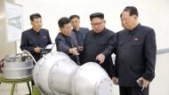 Kim Jong-un präsentiert den angeblichen Sprengkopf einer Wasserstoff-Bombe.