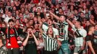 Euphorie nach dem Sieg in Unterzahl: Eintracht-Fans feiern den Auswärtssieg im Waldstadion.
