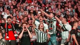 Eintracht-Fans feiern Auswärtserfolg im Waldstadion