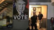 Ein Wahlplakat von Donald Trump, das den Hinterausgang des Trump Tower in New York ziert.