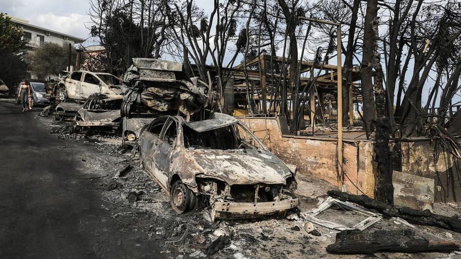 Verbrannte Fahrzeuge am Straßenrand in der Küstenstadt Mati östlich von Athen.