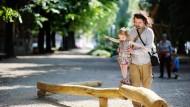 Mindestens vier Monate Elternzeit für Väter