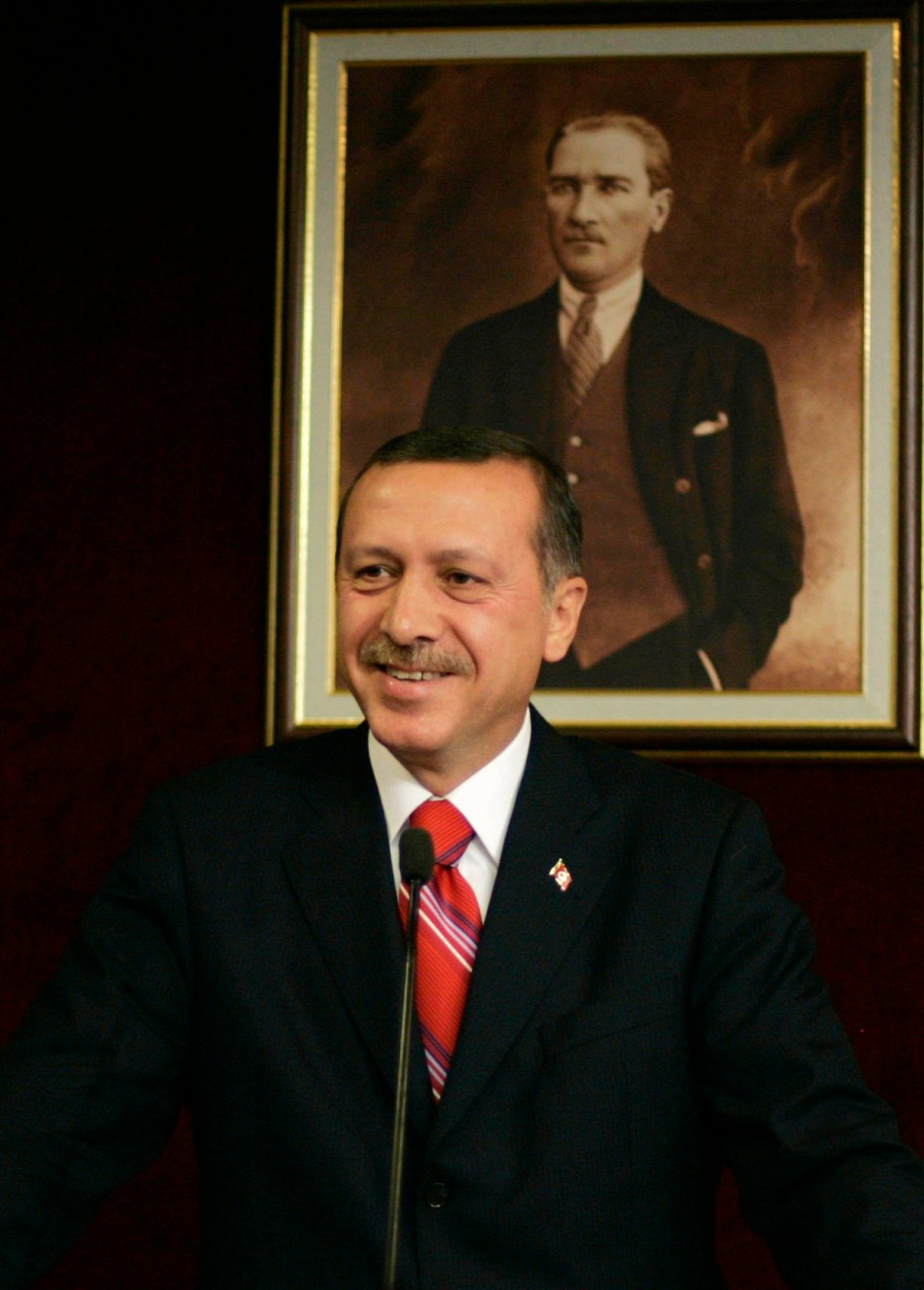 Der türkische Ministerpräsident Erdogan vor einem Porträt des Staatsgründers Kemal Atatürk