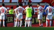 Stellen sich den eigenen Fans: Die Mainzer nach dem 1:2 in Ingolstadt