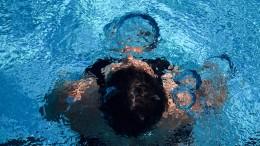 Schwimmlehrer will zu Aufnahmen von Mädchen genötigt worden sein