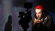 """Der Schauspieler Linus Schütz spielt den Protagonisten des Stücks """"Der Club""""."""