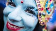 Mit Beginn der Weiberfastnacht fällt in Rheinland-Pfalz der Startschuss für den Straßenkarneval. In Mainz feiert eine als indische Göttin verkleidete Närrin den Beginn der fünften Jahreszeit.
