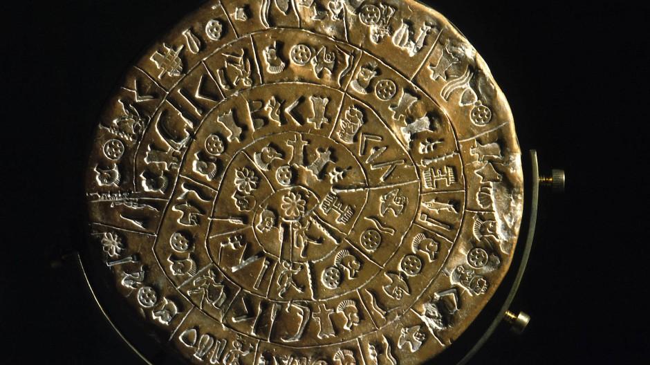 Wer das aufdröseln könnte: Der Diskos von Phaistos, eine Scheibe aus gebranntem Ton, gefunden 1908 auf Kreta und  auf etwa 1600 v. Chr. datiert
