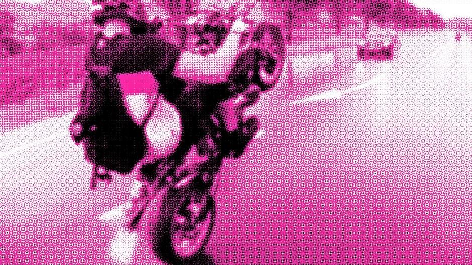 Da reckt das soziale Netzwerk den Daumen hoch: Wheelie im Gegenverkehr auf nasser Fahrbahn