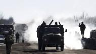 Ukrainische Soldaten ziehen sich aus Debalzewe zurück.