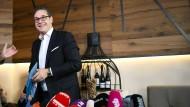 """Der ehemalige FPÖ-Vorsitzende Heinz-Christian Strache verkündet nach der Wahlniederlage seiner Partei seinen """"völligen Rückzug aus der Politik""""."""