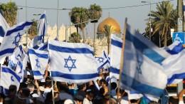 Israelische Nationalisten ziehen bei Flaggenmarsch durch Jerusalem