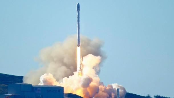 SpaceX schickt erfolgreich Rakete ins All