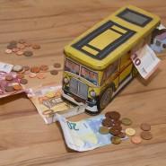 Mit dieser Blechdose hat zur Jahrtausendwende alles begonnen. Der Bus diente der Finanzcooperative als erste Haushaltskasse.