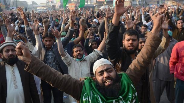 Regierung in Pakistan beugt sich dem Druck der Demonstranten