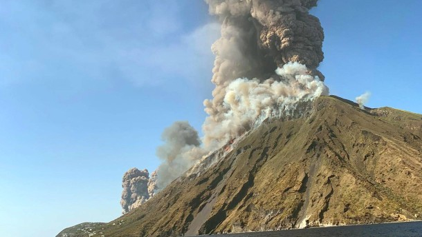 Lava fällt vom Himmel wie Feuerregen