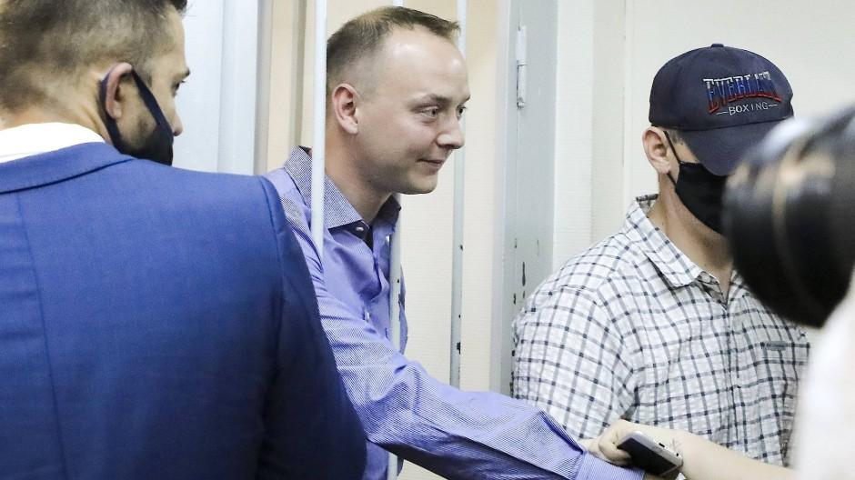 Patriot hinter Gittern: Der inhaftierte Journalist Iwan Safronow schüttelt einem Unterstützer die Hand.