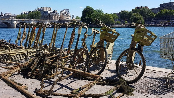 Der Roller- und Fahrradfriedhof auf dem Grund der Seine