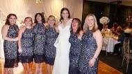 Das gemusterte Kleid einer australischen Modekette kauften alle sechs Damen und trugen es zur selben Hochzeit.