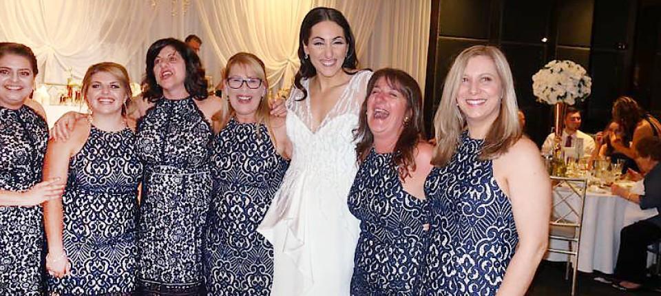 Sechsmal das gleiche Kleid bei Hochzeit