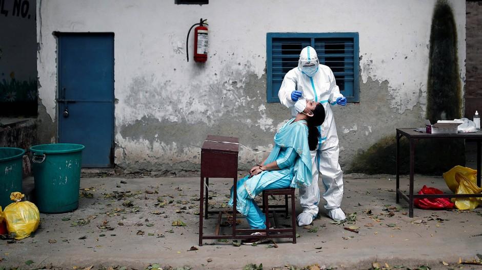 Passiert in Indien viel zu selten: Eine Frau wird in Delhi auf das Coronavirus getestet.
