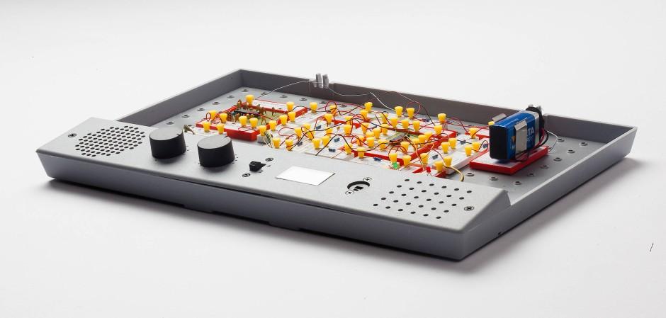 """Ausnahmsweise mal ohne Abdeckhaube: ein UKW-Rundfunkempfänger mit Lichtorgel, aufgebaut mit dem Busch-Experimentierkasten 7000 """"new tech"""""""