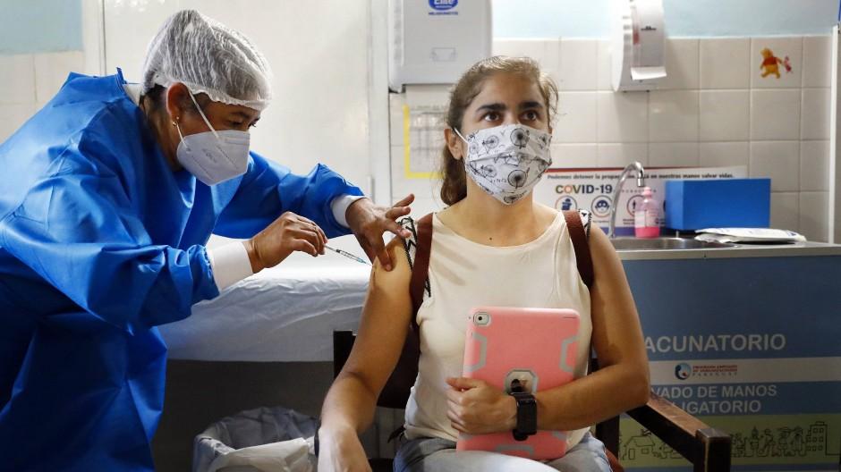 Einer Ärztin wird am Freitag in der Hauptstadt von Paraguay der russische Impfstoff Sputnik V verabreicht.